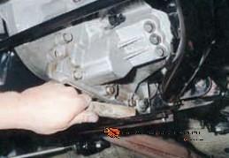Снятие левой опоры двигателя