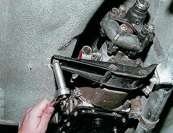 Задняя поперечина КПП Ваз-2105