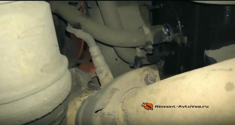 Пробка на блоке автомобиля ВАЗ 2108