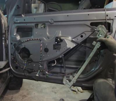Ползунки направляющих от моторедуктора к панели двери Гранта Лада